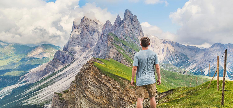 hombre enfrenta las montañas